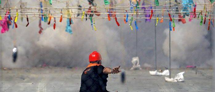 V09. VALENCIA, 13/3/2011.- Uno de los miembros de la pirotécnica Pirofantasía de Carlos Caballer controla, desde el interior de la jaula de seguridad, la secuencia del disparo de la mascletá de hoy. EFE/Manuel Bruque.